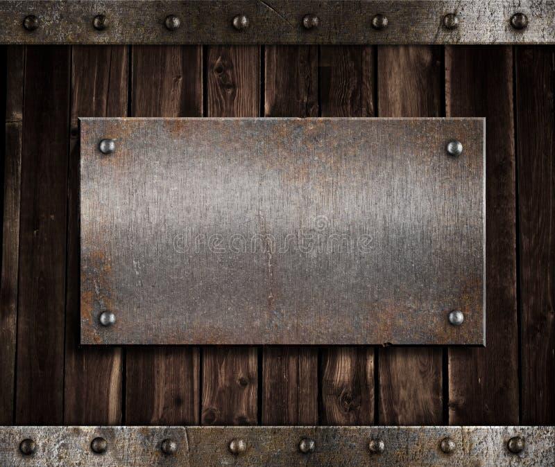 De plaque métallique sur le vieux mur en bois images libres de droits