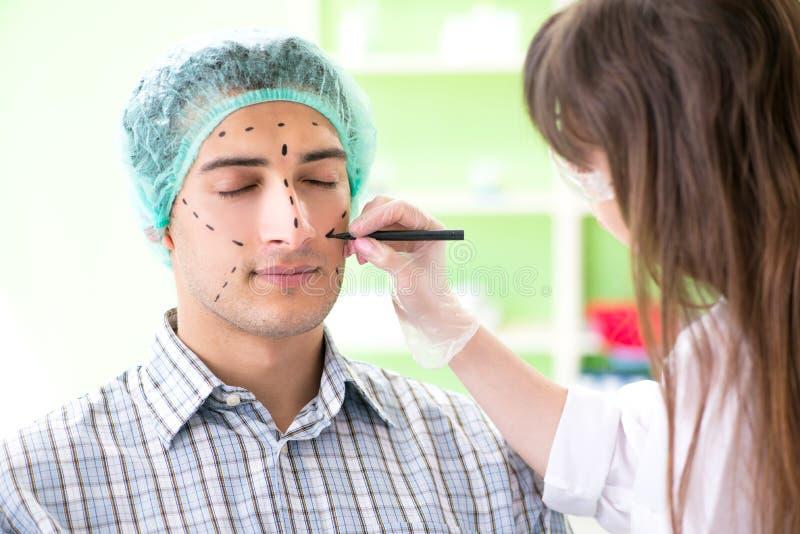 De plastic chirurg die voor verrichting op mensengezicht voorbereidingen treffen royalty-vrije stock foto