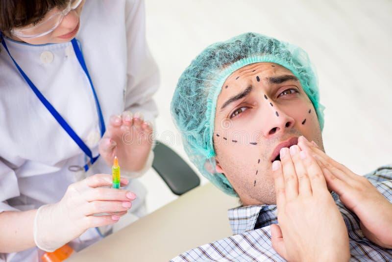 De plastic chirurg die voor verrichting op mensengezicht voorbereidingen treffen royalty-vrije stock afbeelding