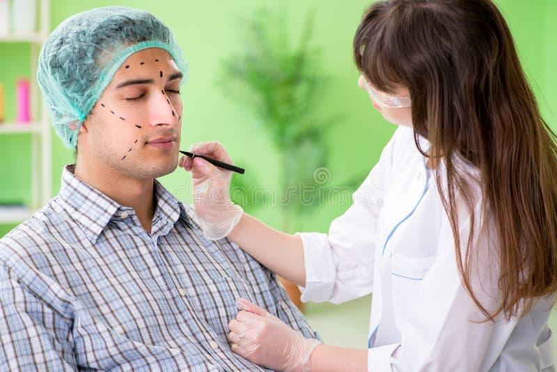 De plastic chirurg die voor verrichting op mensengezicht voorbereidingen treffen royalty-vrije stock fotografie