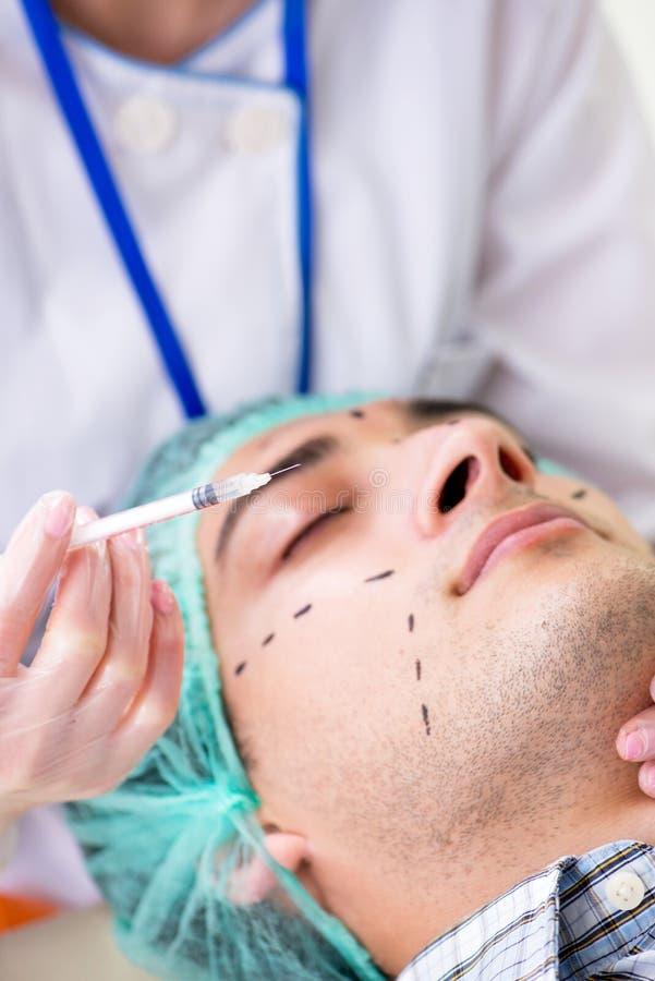 De plastic chirurg die voor verrichting op mensengezicht voorbereidingen treffen royalty-vrije stock afbeeldingen