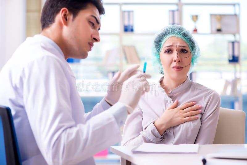 De plastic chirurg die voor verrichting op vrouwengezicht voorbereidingen treffen royalty-vrije stock fotografie