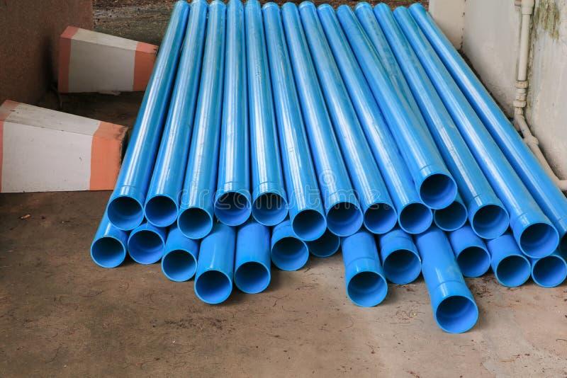 De plastic die pijp van pvc in een bouwterrein wordt gestapeld stock afbeelding