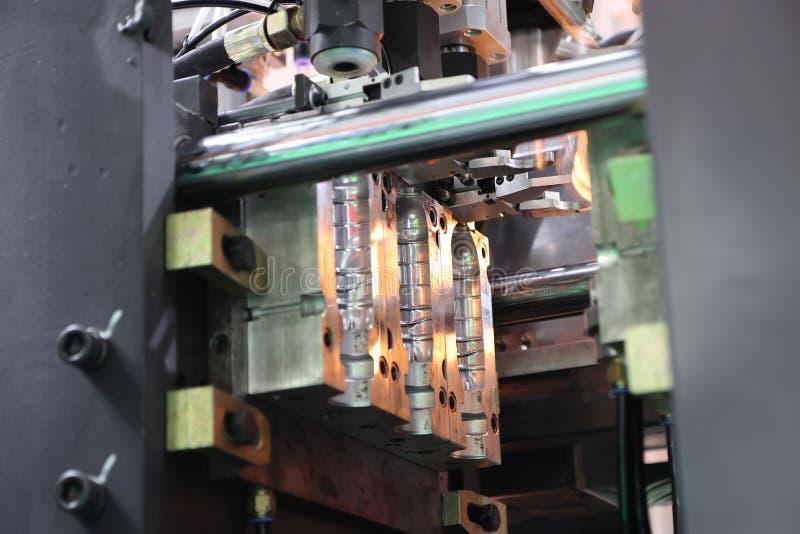 De plastic die vorm van de flesseninjectie in machine wordt geplaatst royalty-vrije stock foto's