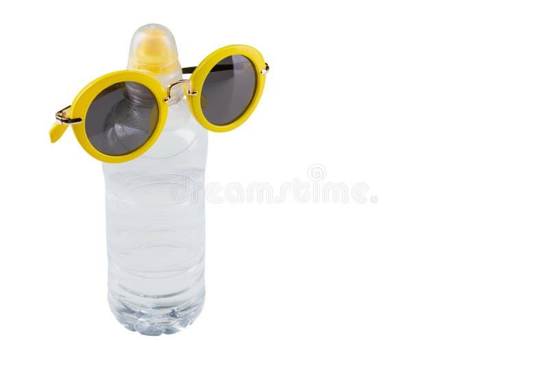 De plastic fles met water, op een fles gele glazen, op een witte achtergrond, isoleert, conceptenwater en dorst royalty-vrije stock fotografie