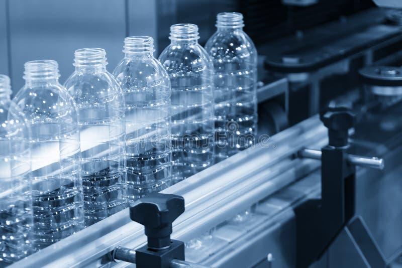 De plastic flessen op de transportband royalty-vrije stock fotografie
