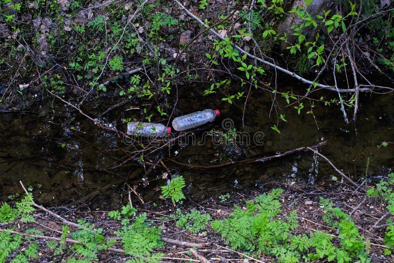De plastic flessen verontreinigen stock afbeeldingen