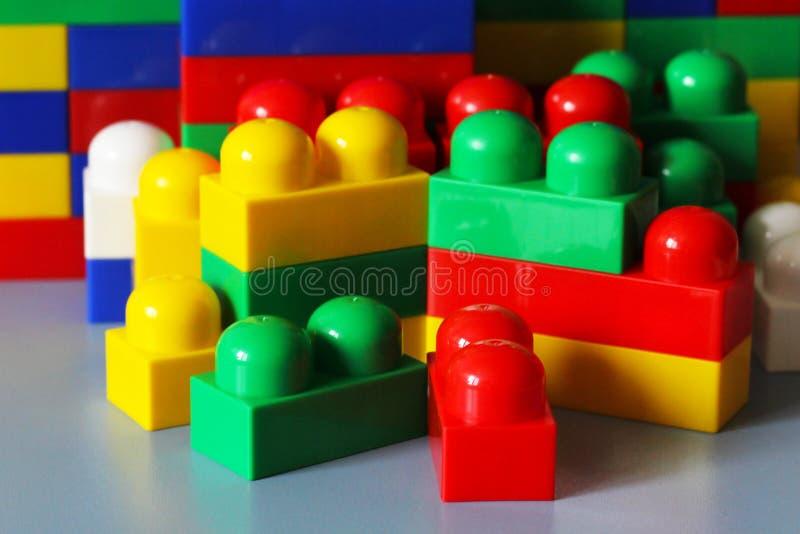 de plastic gekleurde kubussen van de kinderen` s ontwerper, royalty-vrije stock foto