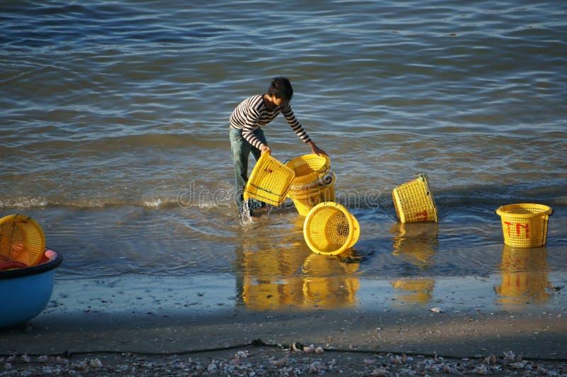 De plastic mand van de visserswas op strand royalty-vrije stock afbeelding