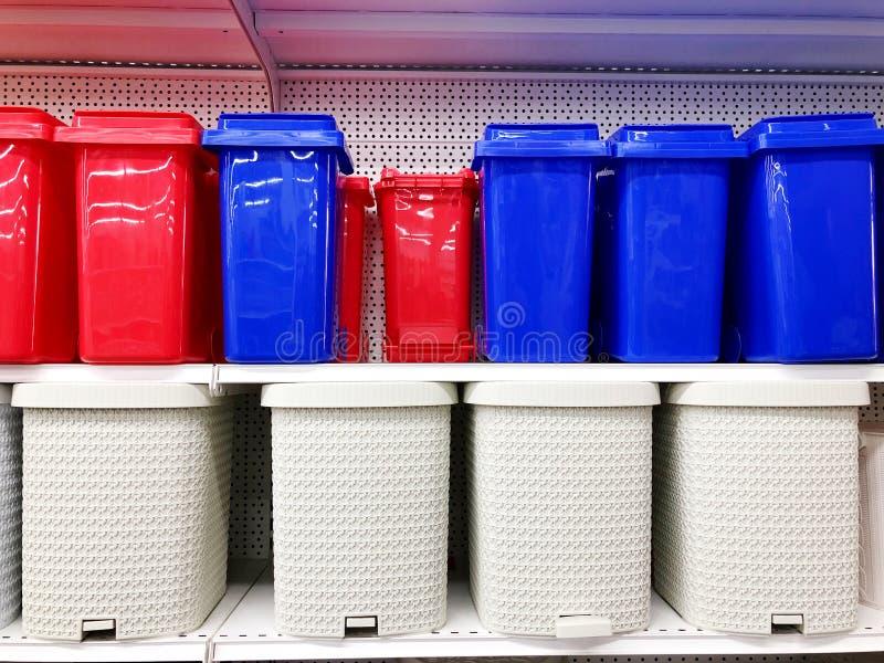 De plastic multicolored tribune van afvalemmers op verkochte opslagplanken royalty-vrije stock afbeeldingen