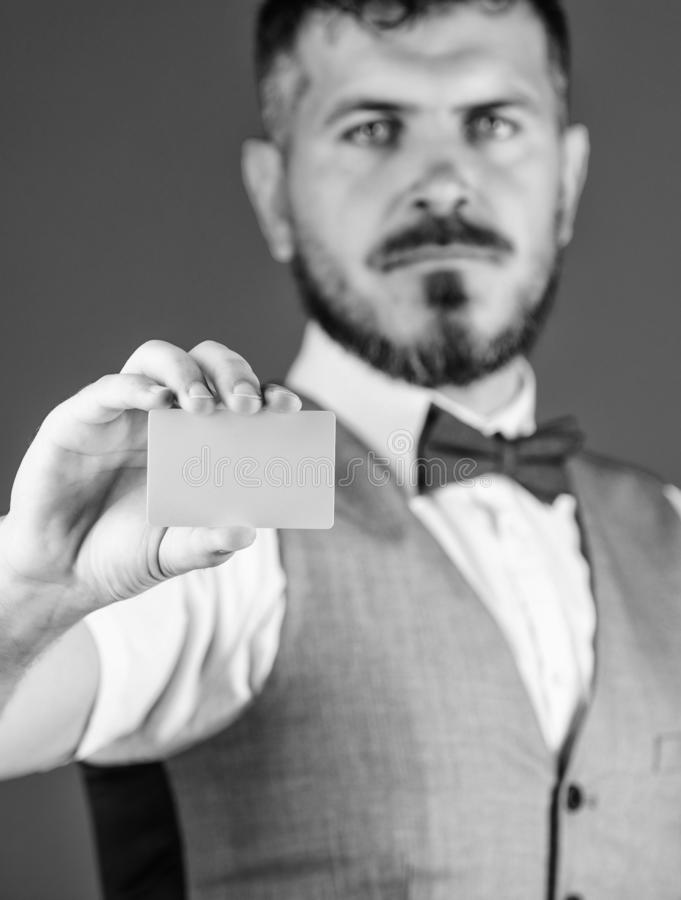 De plastic ruimte van het betaalpasexemplaar Gemakkelijk geldkrediet Van de de greep lege kaart van mensen de gebaarde hipster bl royalty-vrije stock fotografie