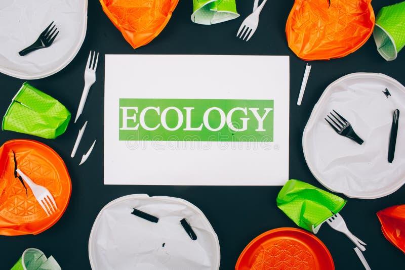 De plastic verontreiniging vernietigt mariene ecologie Document met woordecologie in het centrum van beschikbare gebroken plastic royalty-vrije stock afbeelding