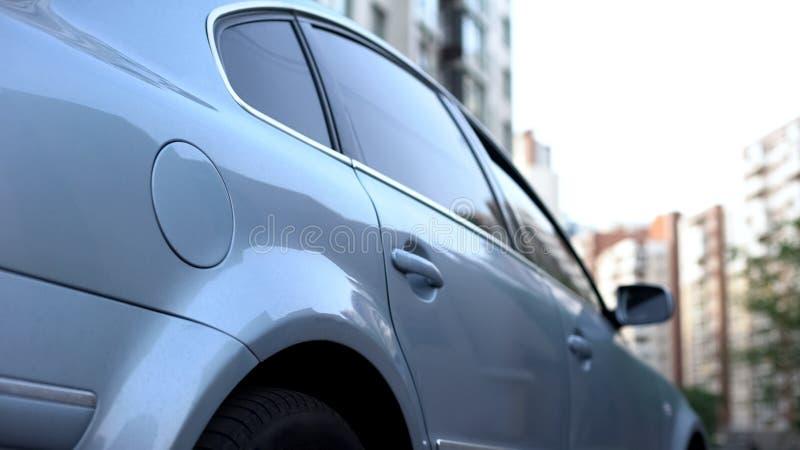 De plata aparcamiento fuera de complejo residencial por la mañana, transporte auto fotos de archivo libres de regalías