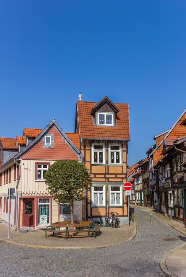 De plattelandshuisjes bij a cobblestoned straat in Wernigerode royalty-vrije stock fotografie