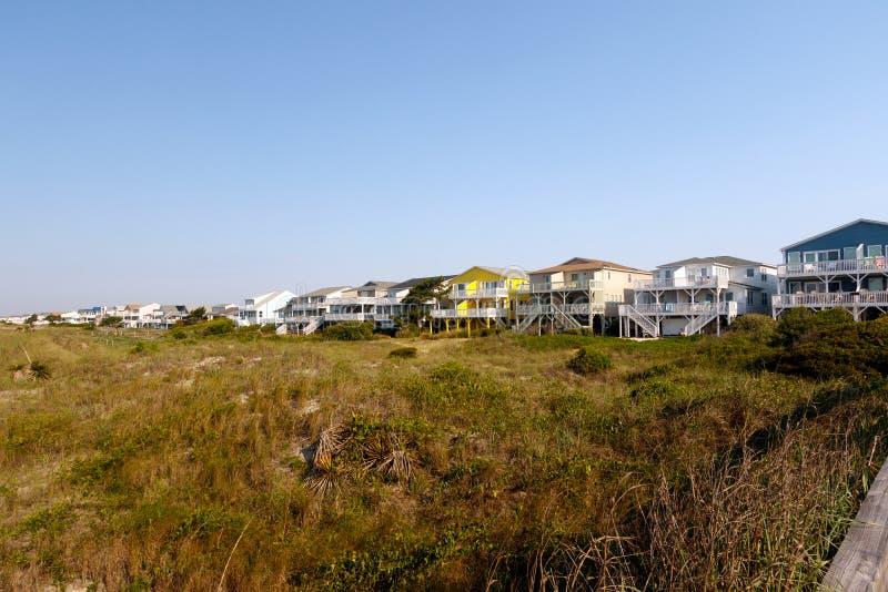 De plattelandshuisjes van het de zomerstrand op het groene zandgras royalty-vrije stock fotografie