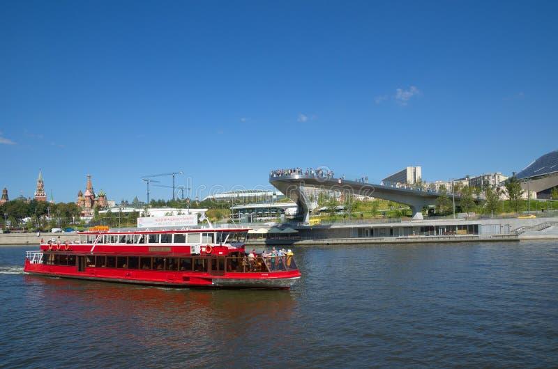 De plezierboot gaat de Drijvende brug ` van ` in het natuurlijke landschapspark ` over Zaryadye `, Moskou, Rusland royalty-vrije stock foto