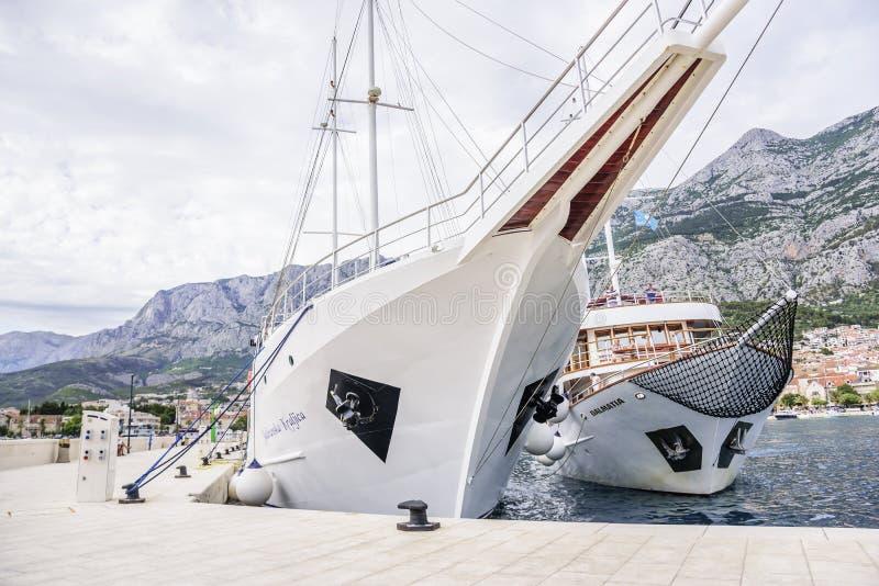 De plezierboot met vrolijke toeristen gaat de haven van Makarska, Kroatië in royalty-vrije stock fotografie