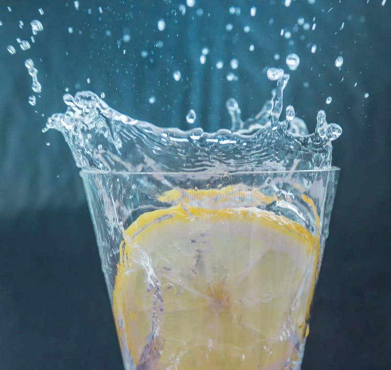 De plons van de citroenplak stock afbeeldingen