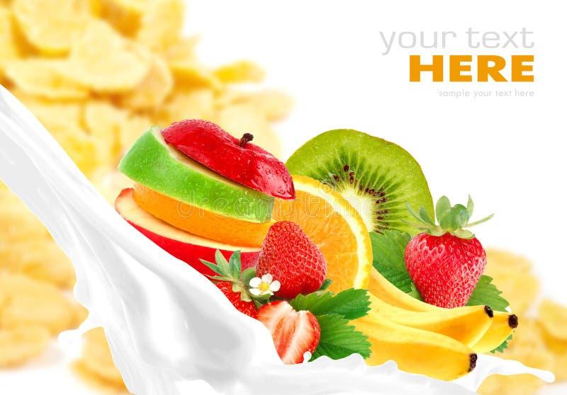 De plons van de melk met fruitmengeling op cornflakes royalty-vrije stock afbeeldingen