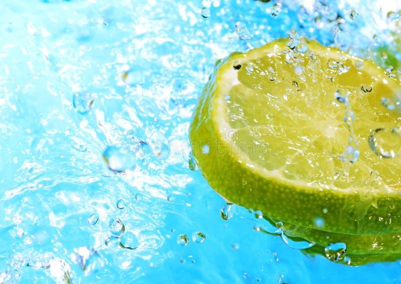 De plons van het water op plakken van citroenen royalty-vrije stock fotografie