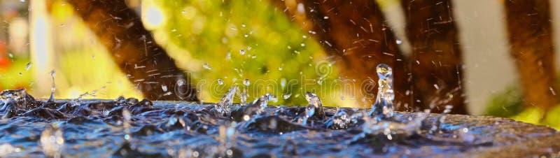 De plons van het waterdruppeltje royalty-vrije stock afbeeldingen