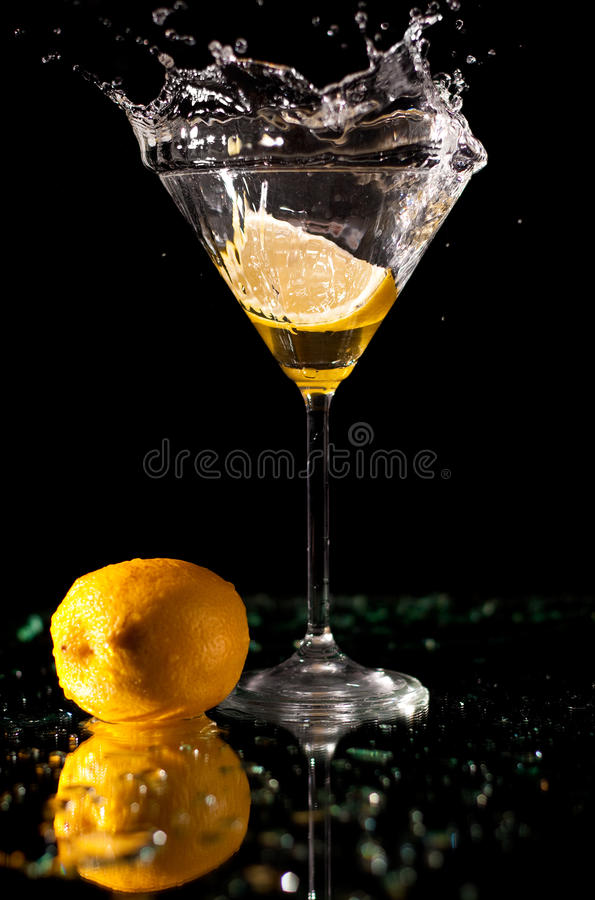 De plons van martini stock fotografie