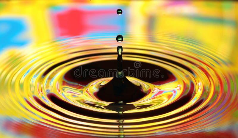 De plons van waterdalingen Gele gekleurde rimpelingen, bezinningen op water royalty-vrije stock afbeeldingen