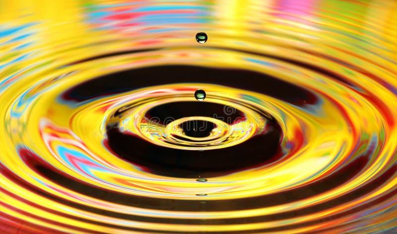 De plons van waterdalingen Gele gekleurde rimpelingen, bezinningen op water royalty-vrije stock foto's