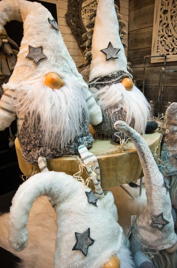 De pluchespeelgoed van Kerstmisdwergen onder Kerstmisboom royalty-vrije stock foto