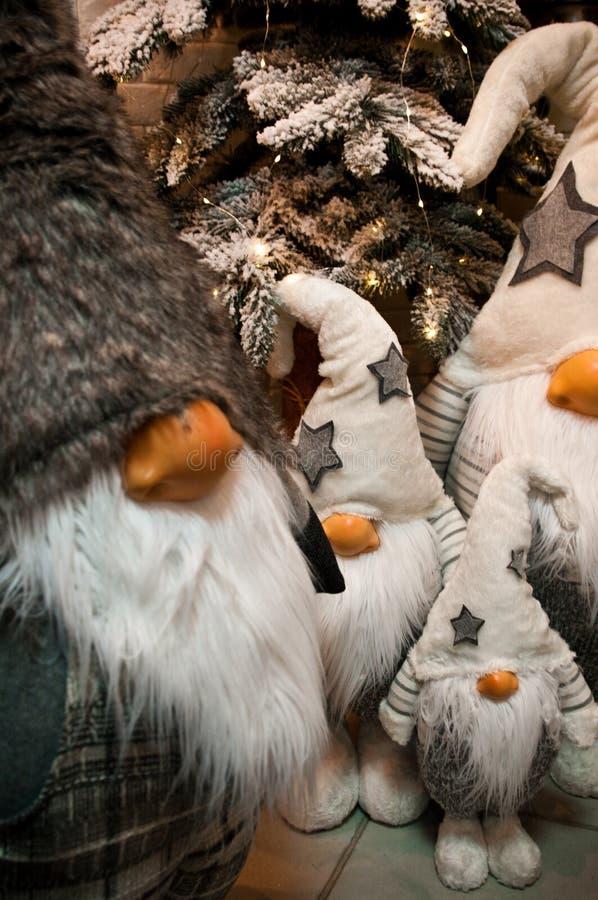 De pluchespeelgoed van Kerstmisdwergen onder Kerstmisboom stock foto