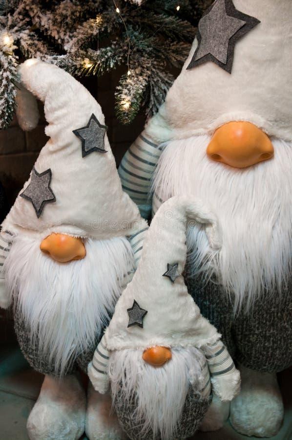 De pluchespeelgoed van Kerstmisdwergen onder Kerstmisboom stock afbeelding