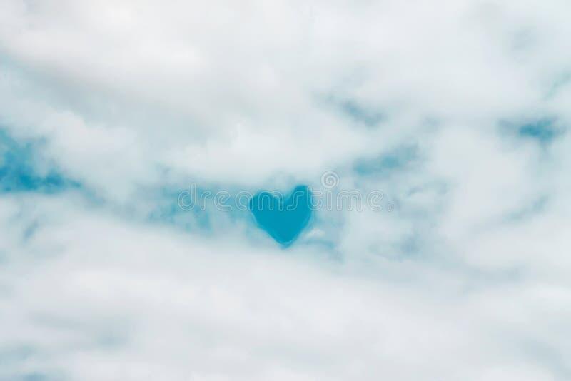 De pluizige witte wolkenpatronen met helder blauw hart vormden op hemel voor natuurlijke achtergrond royalty-vrije stock fotografie