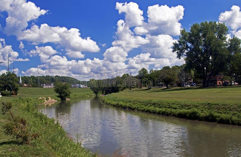 De pluizige wolken hingen over de Loodglansrivier in Loodglans Illinois stock afbeeldingen