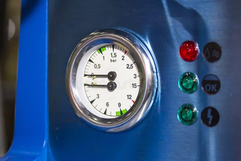 De pointe et moderne de la double pièce d'indicateur de pression de chaudière pour la machine de café avec la lampe de signal photographie stock libre de droits