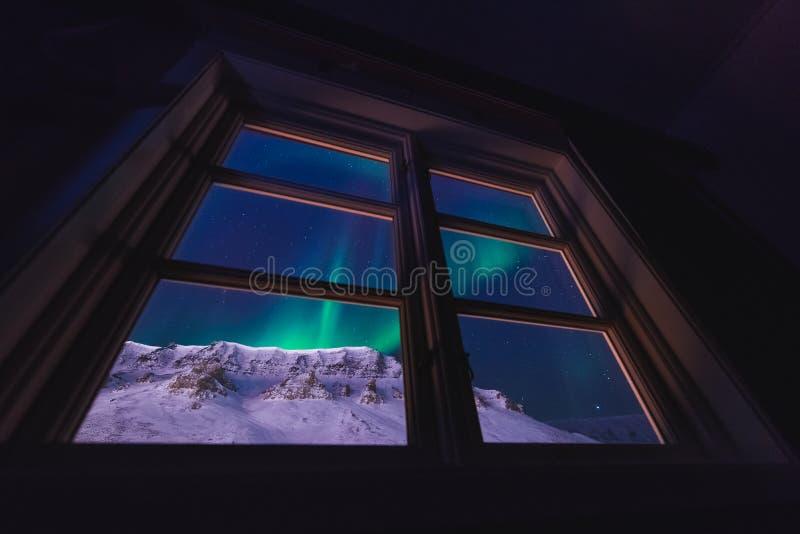 De polaire noordpool Noordelijke ster van de borealishemel van de lichtendageraad snowscooter in Noorwegen Svalbard in Longyearby royalty-vrije stock afbeelding