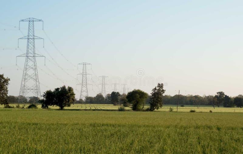De polen van de hoogspanningselektriciteit De macht, verbindt stock afbeeldingen