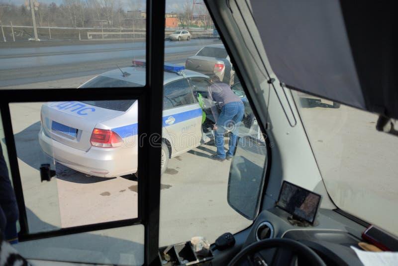 De politie controleert de documenten met de buschauffeur royalty-vrije stock afbeeldingen