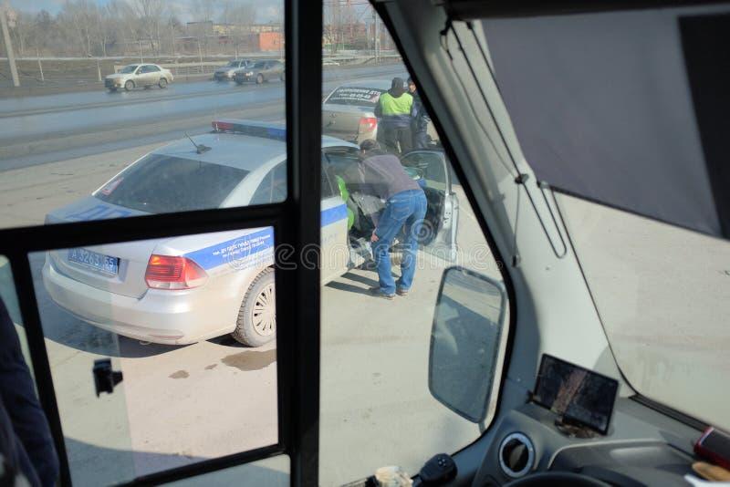 De politie controleert de documenten met de buschauffeur royalty-vrije stock foto's