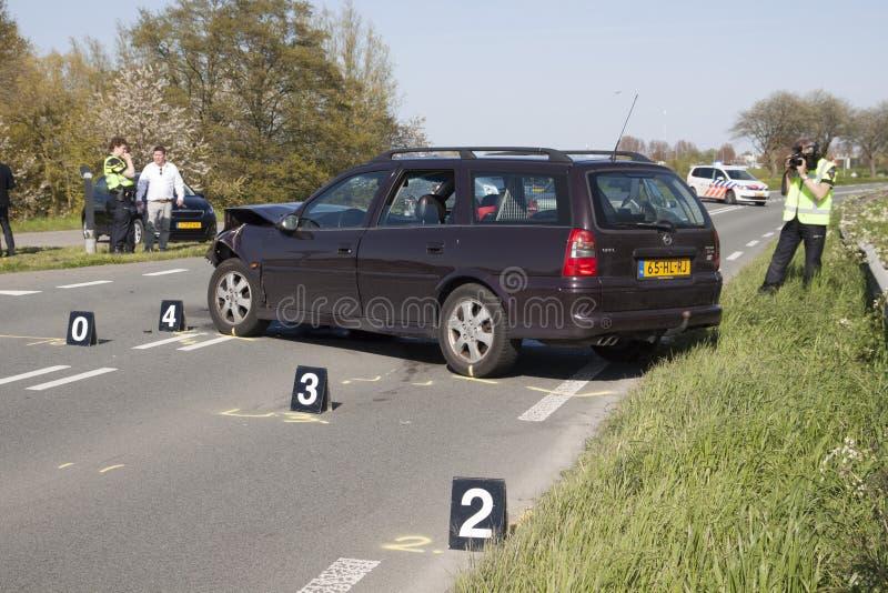 De politie is onderzoekt na een ongeval met twee auto's, s royalty-vrije stock afbeelding