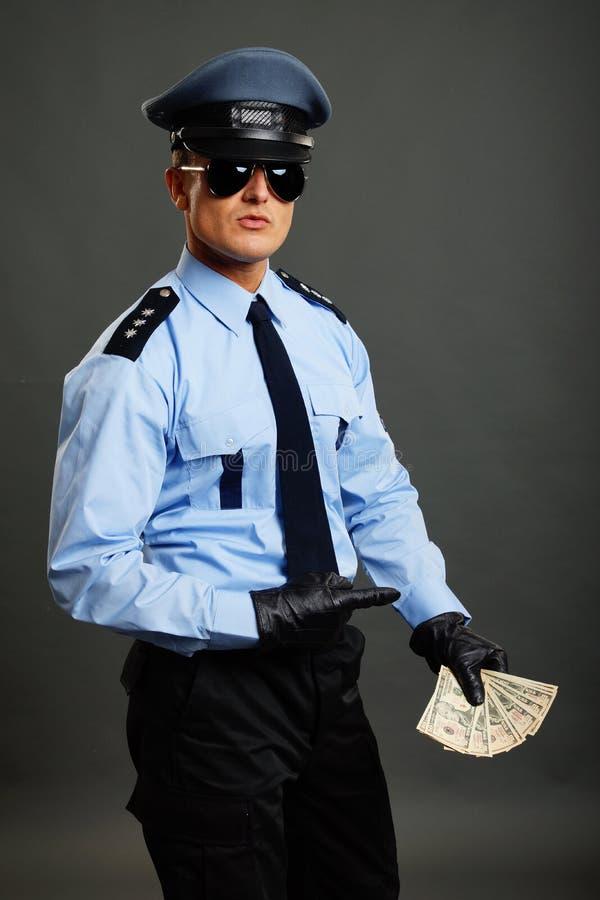De politieagent toont geld royalty-vrije stock foto's
