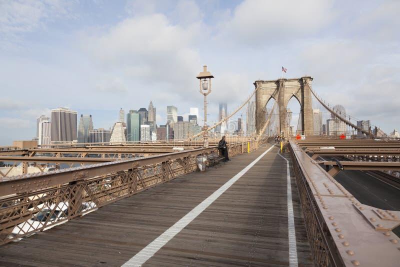 De politieagenten die die op fiets wachten op de brug New York in werking wordt gesteld van Brooklyn gaan binnen royalty-vrije stock afbeelding