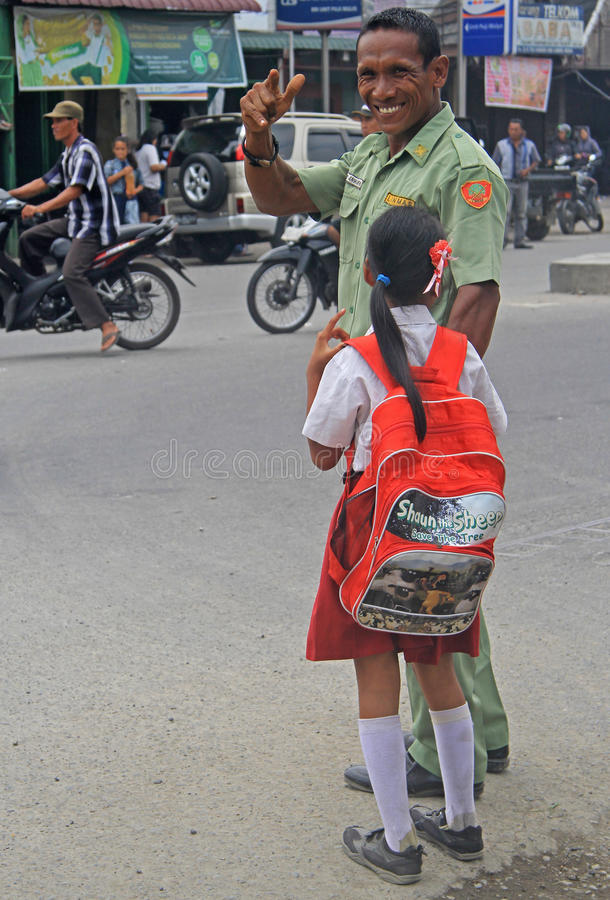 De politieman met kleine dochter glimlacht en royalty-vrije stock afbeelding