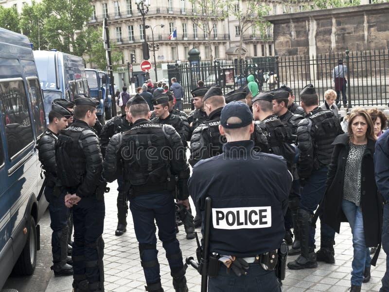 De politiemannen kleedden zich voor slag stock foto