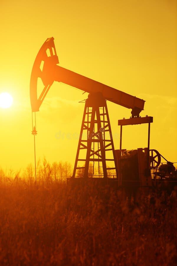 De Pomp Silhoutte van de olie stock foto's