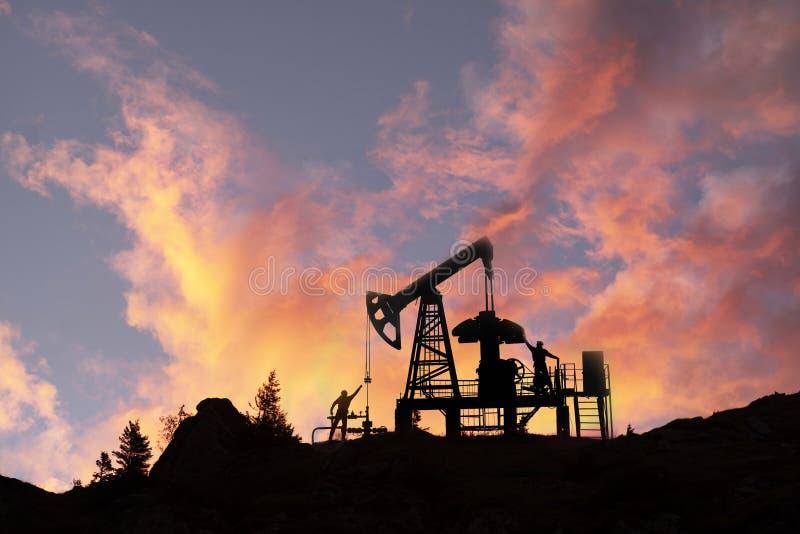 De pomp van de olie bij Zonsopgang stock fotografie