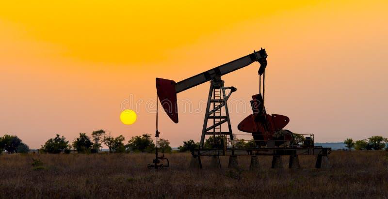 De pompende ruwe olie van de olieboortoren royalty-vrije stock foto's