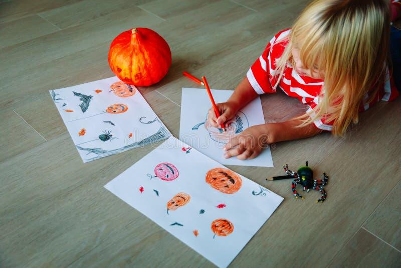 De pompoen van de meisjetekening, wordt klaar voor Halloween-partij royalty-vrije stock foto's