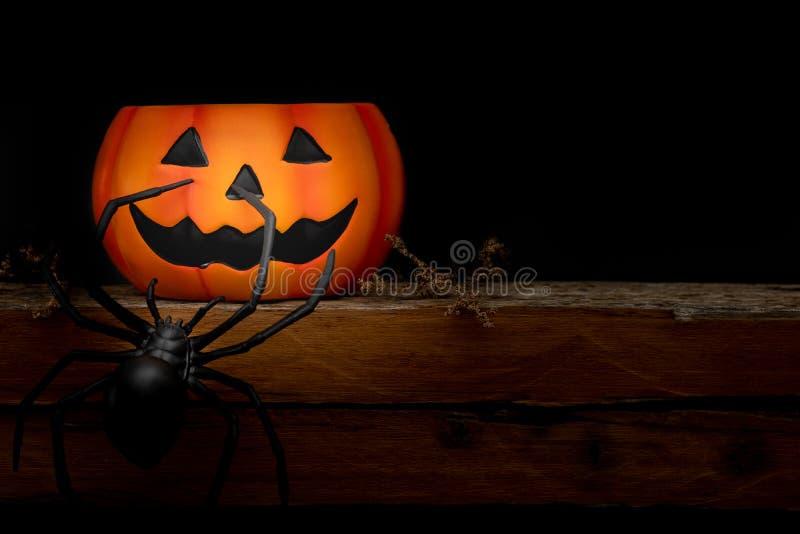 De pompoen van stillevenhalloween op zwarte achtergrond Conc Halloween stock afbeeldingen