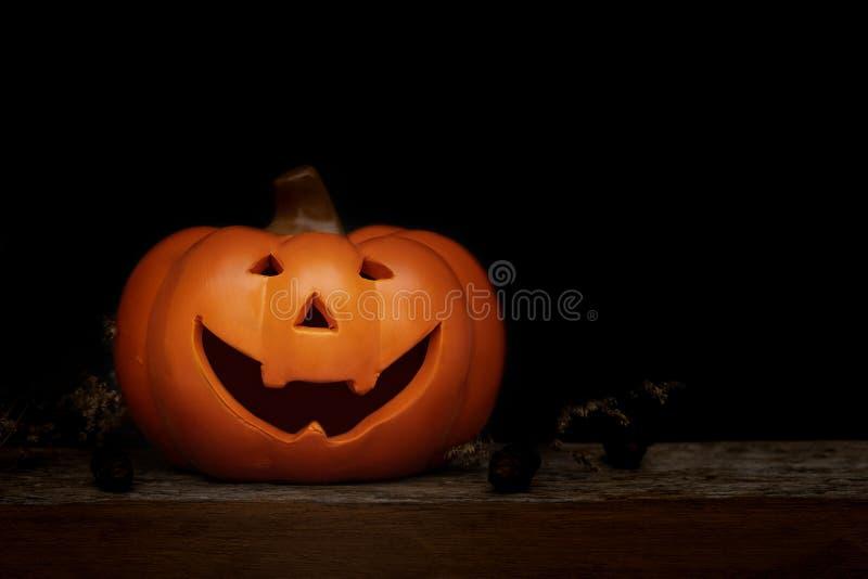 De pompoen van stillevenhalloween op zwarte achtergrond Conc Halloween stock foto