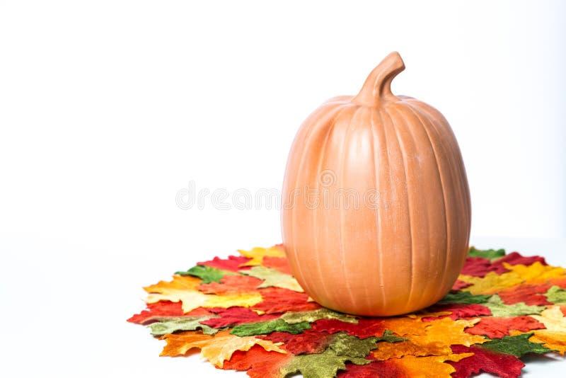 De pompoenen en de kaarsen van Halloween royalty-vrije stock foto's